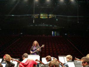 javier Maroto con orquestra niños